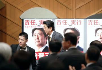 自民党総裁選の決起集会に臨む安倍首相=3日午後、東京都内のホテル