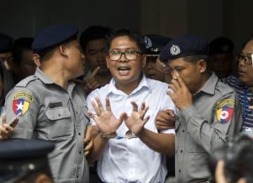 3日、判決言い渡し後、記者団に話すロイター通信の記者(中央)=ミャンマー・ヤンゴン(AP=共同)