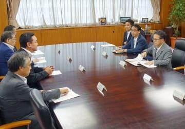 世耕経産相(右端)と会談する福島県の4町長(左列)=3日午後、経産省