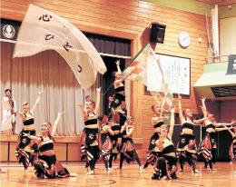 力強いダンスを披露する若葉高の生徒たち