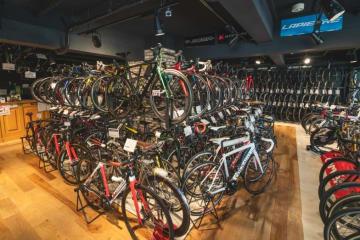 店舗内観。多数の高級中古ロードバイクを常時そろえる