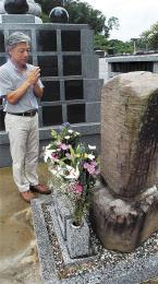 恵林寺の原田甲斐の供養碑に手を合わせる晋山さん