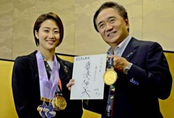 黒岩知事(右)に勝利を報告する青木選手