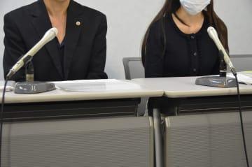 提訴後、記者会見する女性ら=3日午後、大阪市