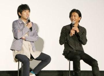 映画「検察側の罪人」の大ヒット御礼舞台あいさつに登場した二宮和也さん(左)と木村拓哉さん