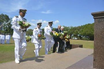 オーストラリア北部ダーウィンにある戦没者慰霊碑を訪れ献花する海上自衛隊の関係者ら=3日(海上自衛隊提供・共同)