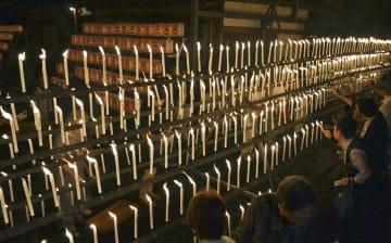 和歌山県橋本市の光三宝荒神社で営まれた「献灯祭」=3日夜