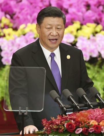 北京の人民大会堂で開かれた「中国アフリカ協力フォーラム」首脳会合で演説する中国の習近平国家主席=3日(共同)