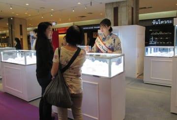 バンコク伊勢丹で開催中の、山梨県の宝飾品を紹介する展示会「やまなしジュエリー」の様子=3日、バンコク(NNA撮影)