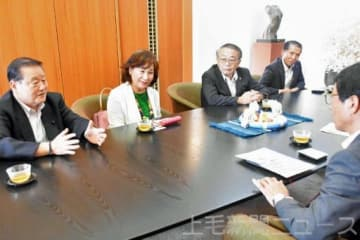 一人芝居「帰ってきたおばあさん」について紹介する神田さん(左から2人目)