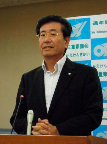 【定例記者会見で、芳野県議の発言に対する所感について「今は控える」と述べた前田議長=三重県議会議事堂で】
