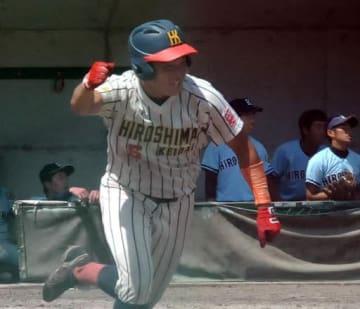 【広島大―広経大】九回、広経大1死満塁、サヨナラの左前適時打を放ち、ガッツポーズで駆けだす森脇