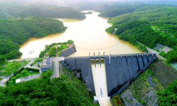 まとまった雨が降った後に、オーバーフローする安波ダム=6月、国頭村安波(小型無人機で下地広也撮影)