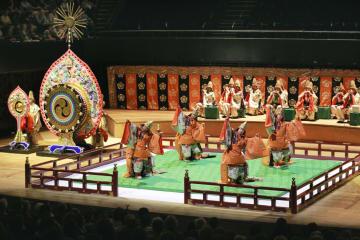 3日、パリで行われた宮内庁の雅楽公演で披露された舞楽(共同)