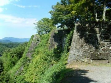 石垣だけが残る山城(AS6673さん撮影, Wikimedia Commonsより)