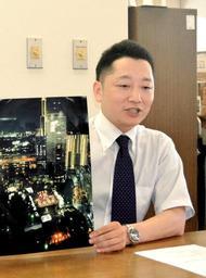 追悼行事「1・17のつどい」への思いなどについて語る藤本真一委員長=神戸市役所