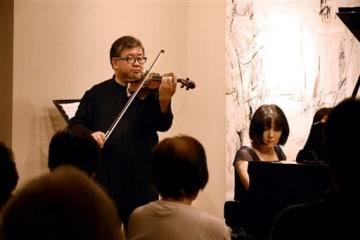 球磨川音楽祭で演奏を披露するバイオリニスト木野雅之さん(左)とピアニストの水月恵美子さん=人吉市