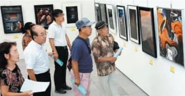県美術展写真展で作品を鑑賞する来場者=4日午前、県立美術館