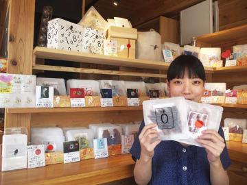 内装も商品のパッケージもおしゃれな珍味の専門店「ホタルノヒカリ」=東京都港区