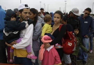 ベネズエラからペルー北西部トゥンベスに入り、朝食の列に並ぶ家族ら=8月24日(AP=共同)