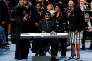 8月31日、米デトロイトで故アレサ・フランクリンさんの葬儀が8時間余りにわたって行われたが、「Black Lives Matter」(黒人の命も大切)運動など、アフリカ系米国人社会にとって重要な問題が相次いで提示される場面が見られた。写真は追悼演奏を行うスティーヴィー・ワンダーさん(中央) - (2018年 ロイター/Mike Segar)