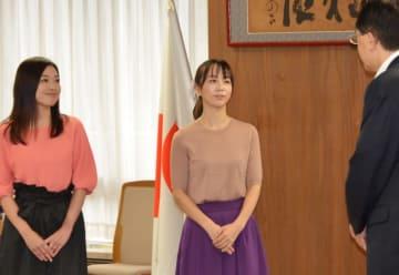 子育て支援の在り方について達増知事と意見を交わす福田萌さん(中央)とふじポンさん