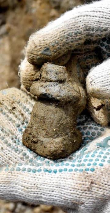 新居浜市の正法寺の敷地内で見つかった泥塔の一部