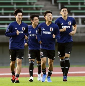 代表練習に合流し、ランニングする(左から)南野、中島、堂安、植田=札幌市内