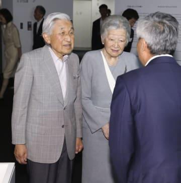 東京都港区の森美術館を訪問された天皇、皇后両陛下=4日午後(代表撮影)