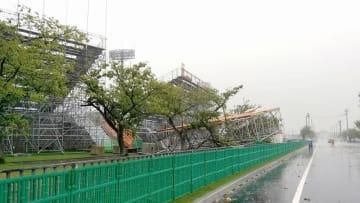 強風で倒壊した福井県営陸上競技場の鉄パイプの骨組み=9月4日、福井県福井市福町