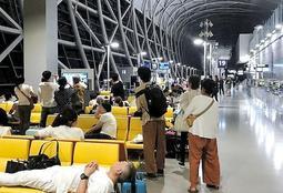 冠水と連絡橋破損に伴い、関西国際空港内で孤立した人たち=4日午後(山田陽介さん提供)