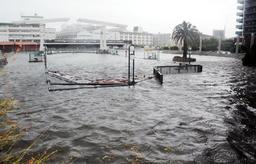 潮位が高まり、神戸ハーバーランドにある運河周辺の遊歩道が海水に漬かった=4日午後1時52分、神戸市中央区東川崎町1(撮影・小川 晶)