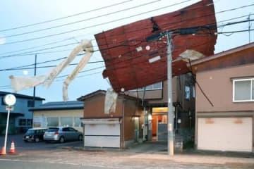 強風で飛ばされ、電線に引っ掛かった民家のトタン屋根=4日午後6時すぎ、長岡市来迎寺