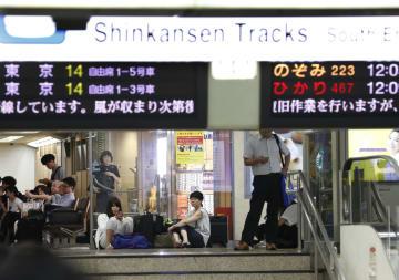 台風21号の影響で運転を見合わせた東海道新幹線の運転再開を待つ人たち=4日午後、JR名古屋駅
