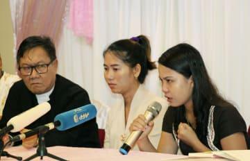 4日、ミャンマー・ヤンゴンで記者会見するロイター通信記者の妻ら(共同)