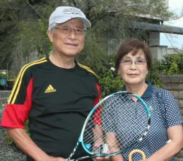 スポンジボールテニスの普及を続けてきた藤田哲郎さん(左)、千恵さん夫婦=4日、別府市火売