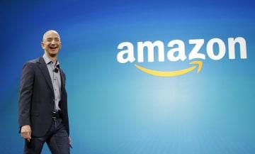 米シアトルでの発表会で舞台上を歩く米アマゾン・コムのジェフ・ベゾスCEO=2014年6月16日(AP=共同)