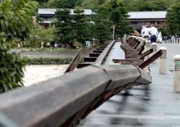 台風の強風で、根元から折れて倒れた渡月橋の欄干(4日午後4時41分、京都市右京区)