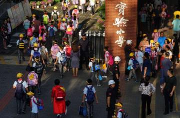 9月3日、中国中央テレビ(CCTV)は2日、教育省が新学年の始まりに小中学生と保護者に必ず視聴するよう求めているテレビ番組の冒頭で、12分間にわたって広告が流れ続けたことに対する保護者らの抗議を受け、謝罪文を発表した。写真は新学期のようす - (2018年 ロイター)