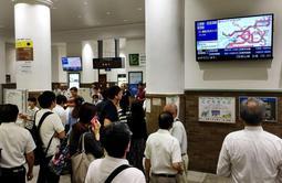 利用客で混雑する改札口周辺=5日午前7時44分、JR神戸駅
