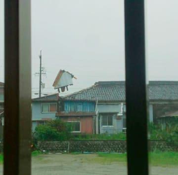【強風で屋根が吹き飛ぶ家屋=尾鷲市中川で(市民提供)】