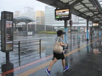 台風の影響で閑散としたJR京都駅前のバスターミナル(4日午後2時25分、下京区)