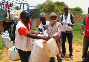 国境なき医師団のスタッフが、援助物資を運んでいる様子