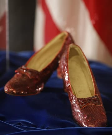 映画「オズの魔法使」で主人公ドロシー役の女優ジュディ・ガーランドが履いたルビー色の靴=4日、米ミネソタ州(スター・トリビューン紙提供、AP=共同)