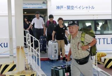 関西空港から高速船で神戸空港に到着した人たち=5日午前、神戸市