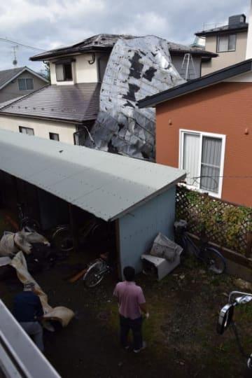 強風で飛ばされたアパートのトタン屋根=5日午前9時20分、盛岡市月が丘