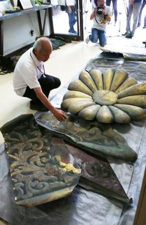 はがれ落ちた二の丸御殿(国宝)の飾り金具(5日午前10時36分、京都市中京区・二条城)