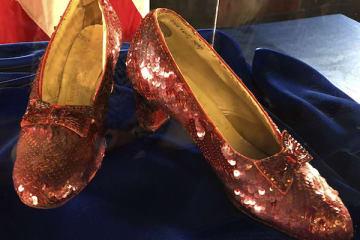 取り戻されたルビーの靴。4日、ミネソタ州のFBI支局 で行われた会見で公開された。 (写真:AP/アフロ)