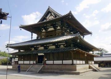 台風21号の強風で、風鐸の舌部分が落下した世界遺産・法隆寺の金堂=5日、奈良県斑鳩町(奈良県教育委員会提供)