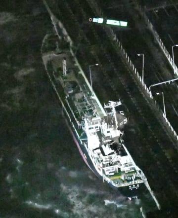 台風21号の強風に流され、関西空港連絡橋に衝突したタンカー=4日午後7時16分